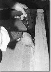 Setzen der Nagelleisten: Je nach Untergrund werden die Nagelleisten geklebt, gedübelt oder angenagelt - auch eine Kombination von Kleben und Nageln ist sinnvoll
