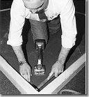 Beim Spannen und Einhängen des Teppichbodens auf die Nagelleisten ist der Kniespanner unentbehrlich: Mit den Zähnen des Spannkopfes - ihre Länge ist individuell einstellbar - greift dieses Gerät von oben in den Teppich